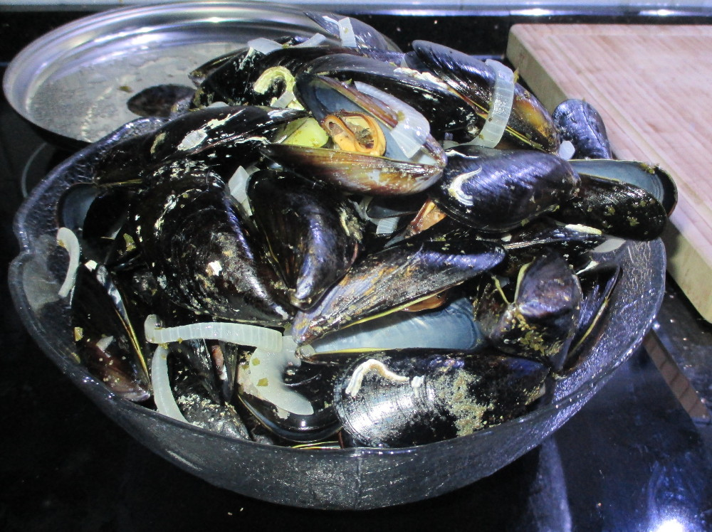 Put the mussels in a bowl